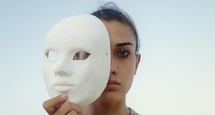 इंपोस्टर सिंड्रोम से ग्रसित लोग ख़ुद को ढोंगी समझते हैं. सांकेतिक तस्वीर. क्रेडिट: Shutterstock